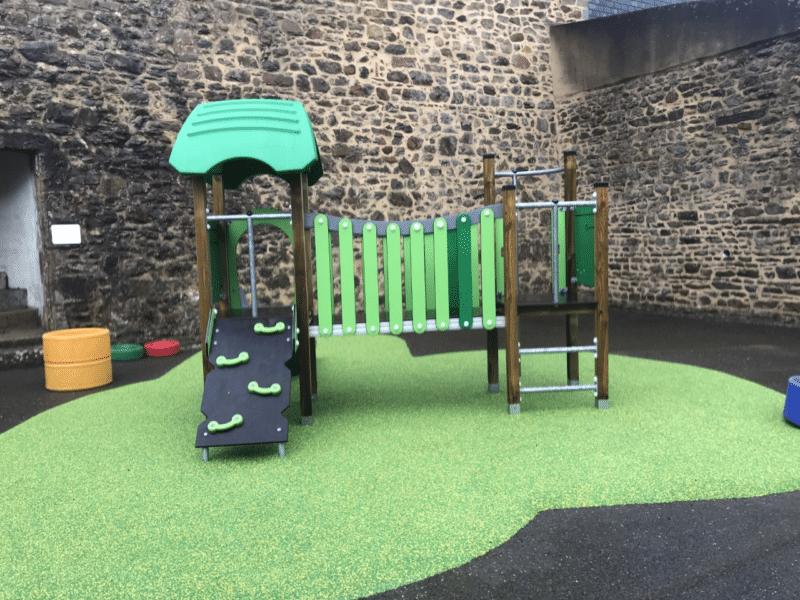 Une nouvelle structure de jeux sur la cour maternelle